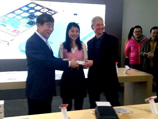 昨年、中国移動の発売イベントに出席したティムクック氏