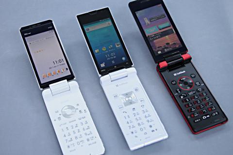写真は、ガラケー型のスマートフォン、ソフトバンク007SH