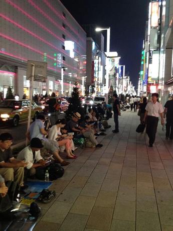 iphoneの発売で徹夜して行列する銀座店の様子
