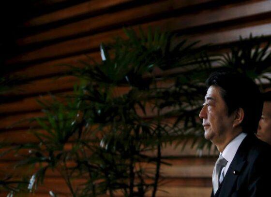 11月5日、安倍首相は、「官民対話」の第2回会合で、2020年の東京五輪・パラリンピックでの無人自動走行による移動サービスを可能にするため、17年までに必要なインフラを整備することを正式表明した。首相官邸で前月撮影(2015年 ロイター/Yuya Shino)