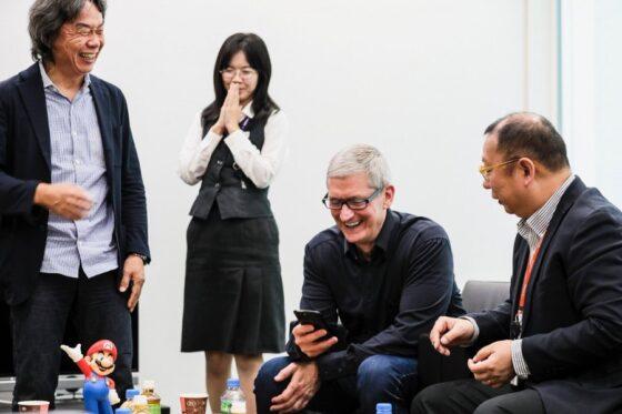 任天堂で会談するティムクック(中央)と宮本氏(左)
